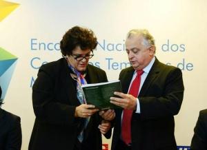 Olavo Machado Junior entrega propostas da indústria para ministra Izabella Teixeira (Foto: Sebastião Jacinto Júnior)